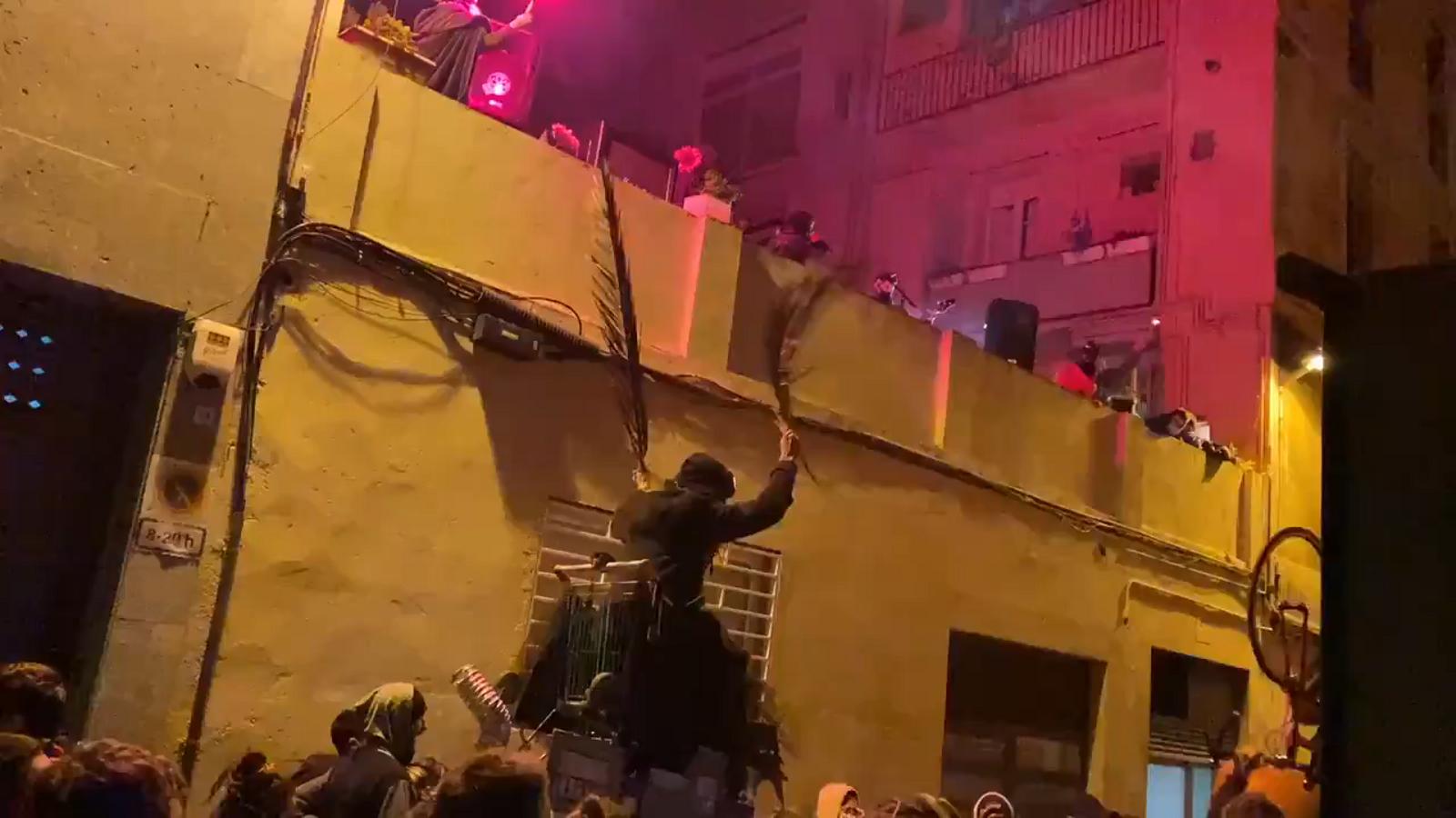Un centenar d'okupes es manifesten pels carrers de Gràcia