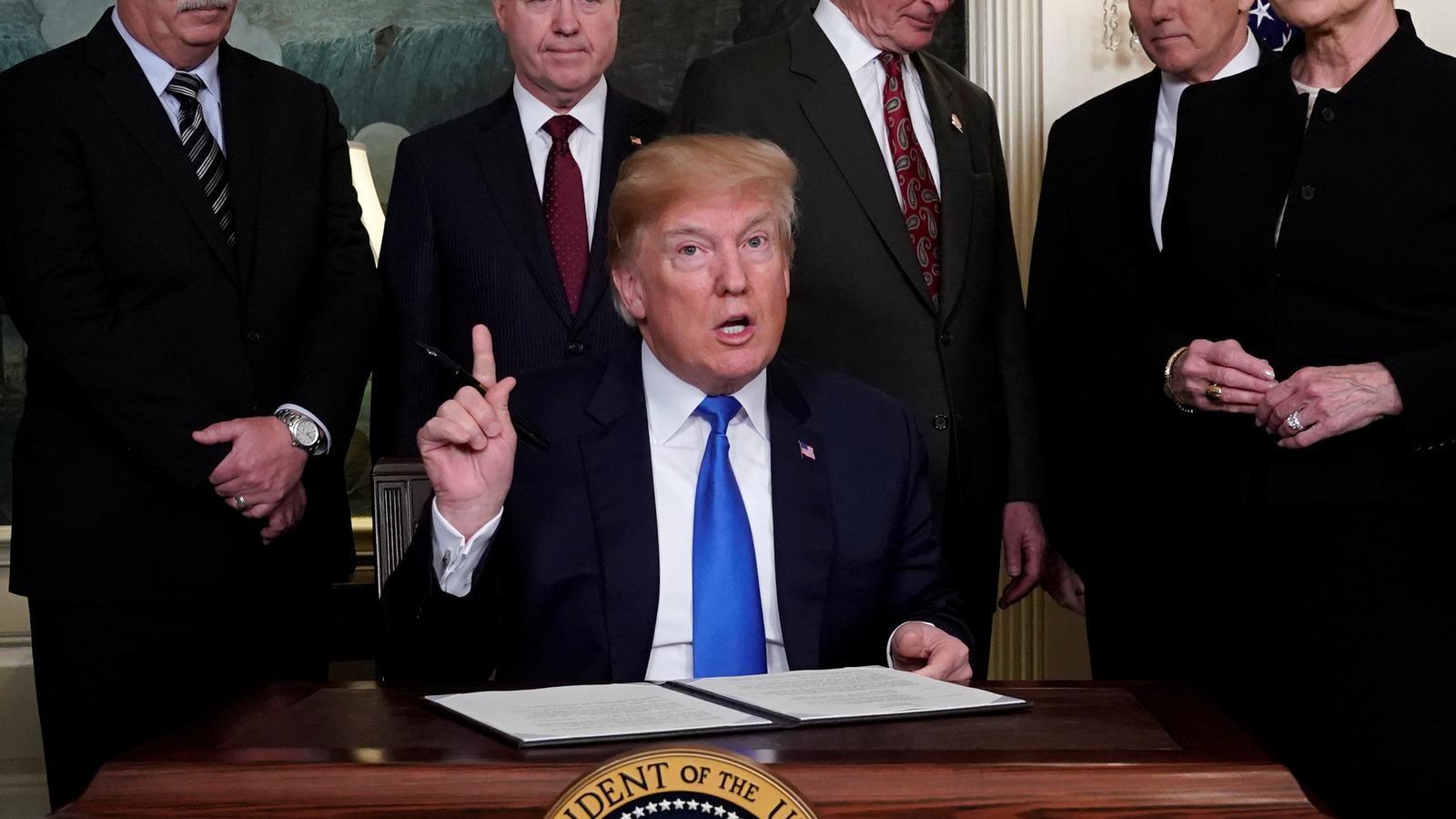 El president nord-americà, Donald Trump, en el moment de signar les noves mesures.