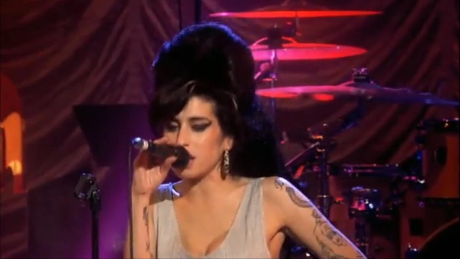Amy Winehouse, cantant 'Wake up alone', l'any 2007