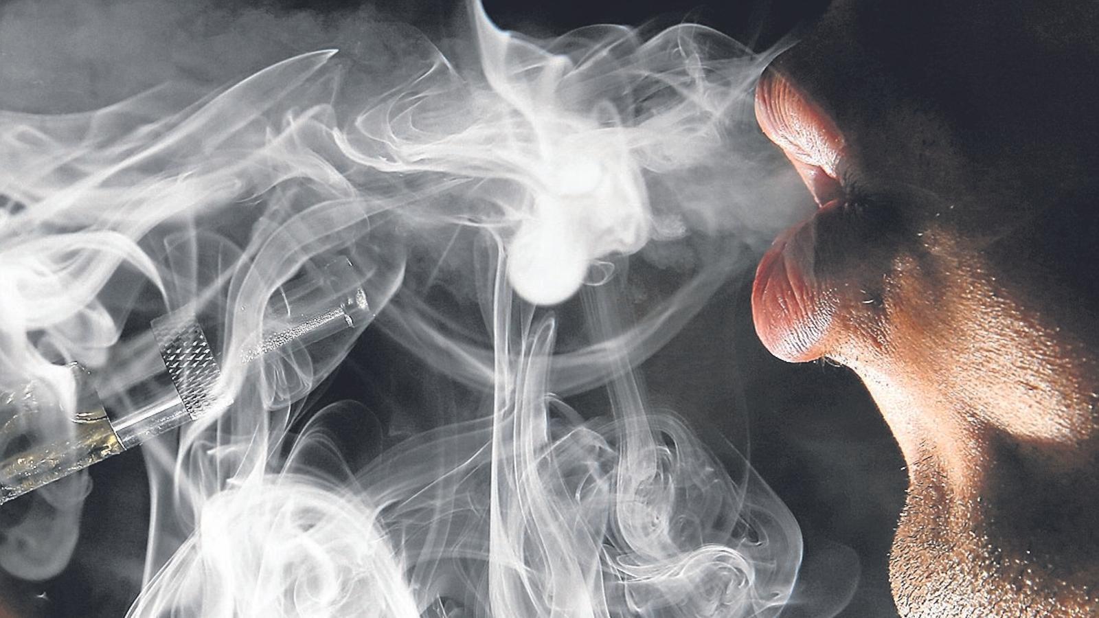 Un home, expirant vapor