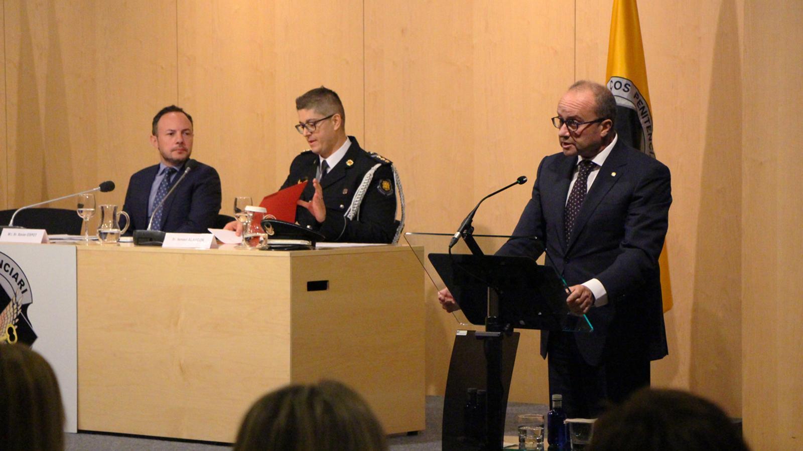 El ministre de Justícia i Interior, Josep Maria Rossell durant l'entrega de medalles a agents penitenciaris. / M. P.