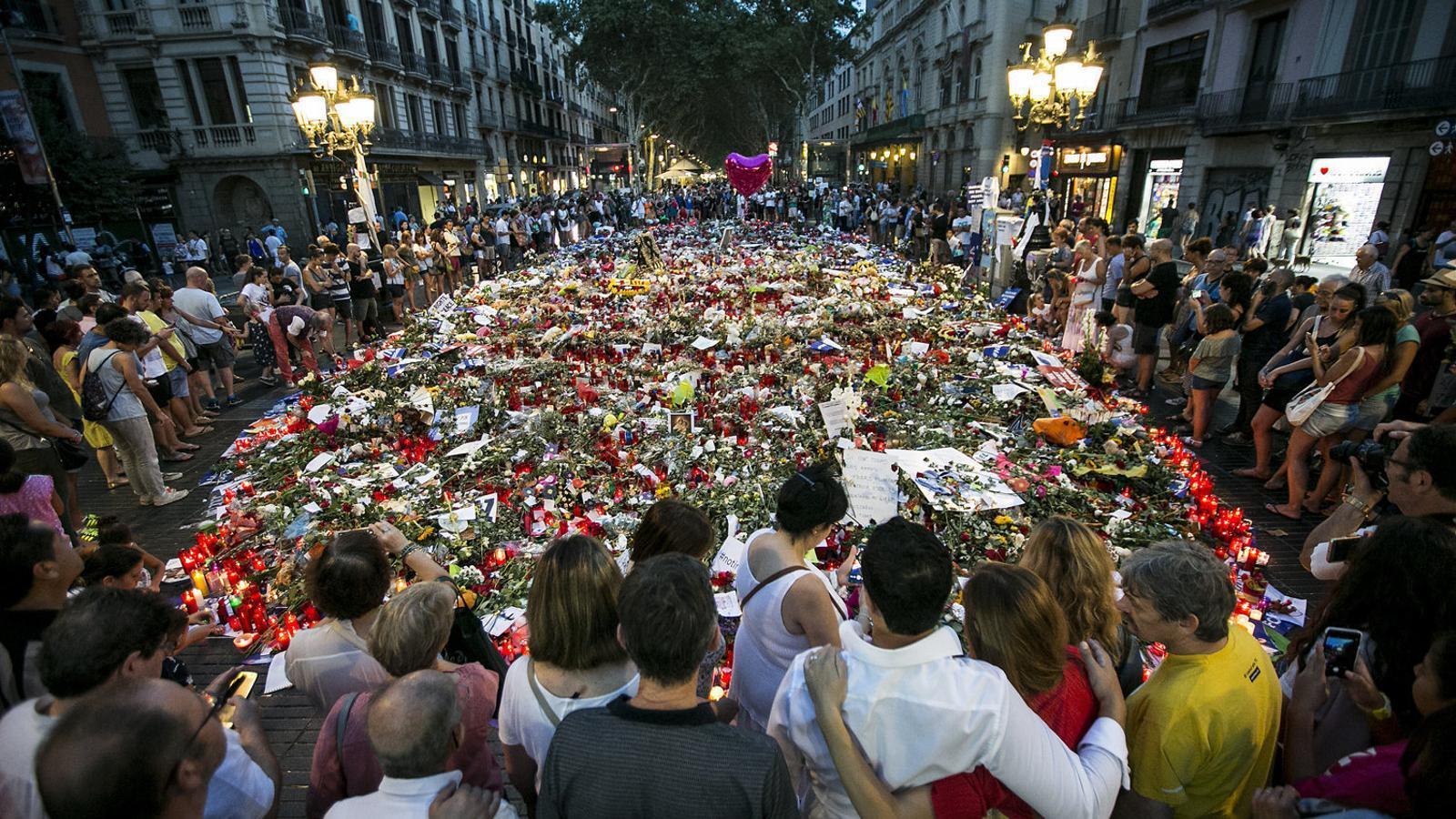 El mural de Miró de la Rambla es va convertir en un memorial improvisat de les víctimes del 17-A durant els 10 dies després dels atemptats.