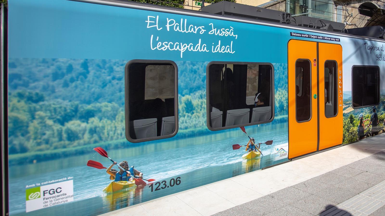 Un tren d'FGC retolat amb la campanya del Pallars Jussà. / CCPJ
