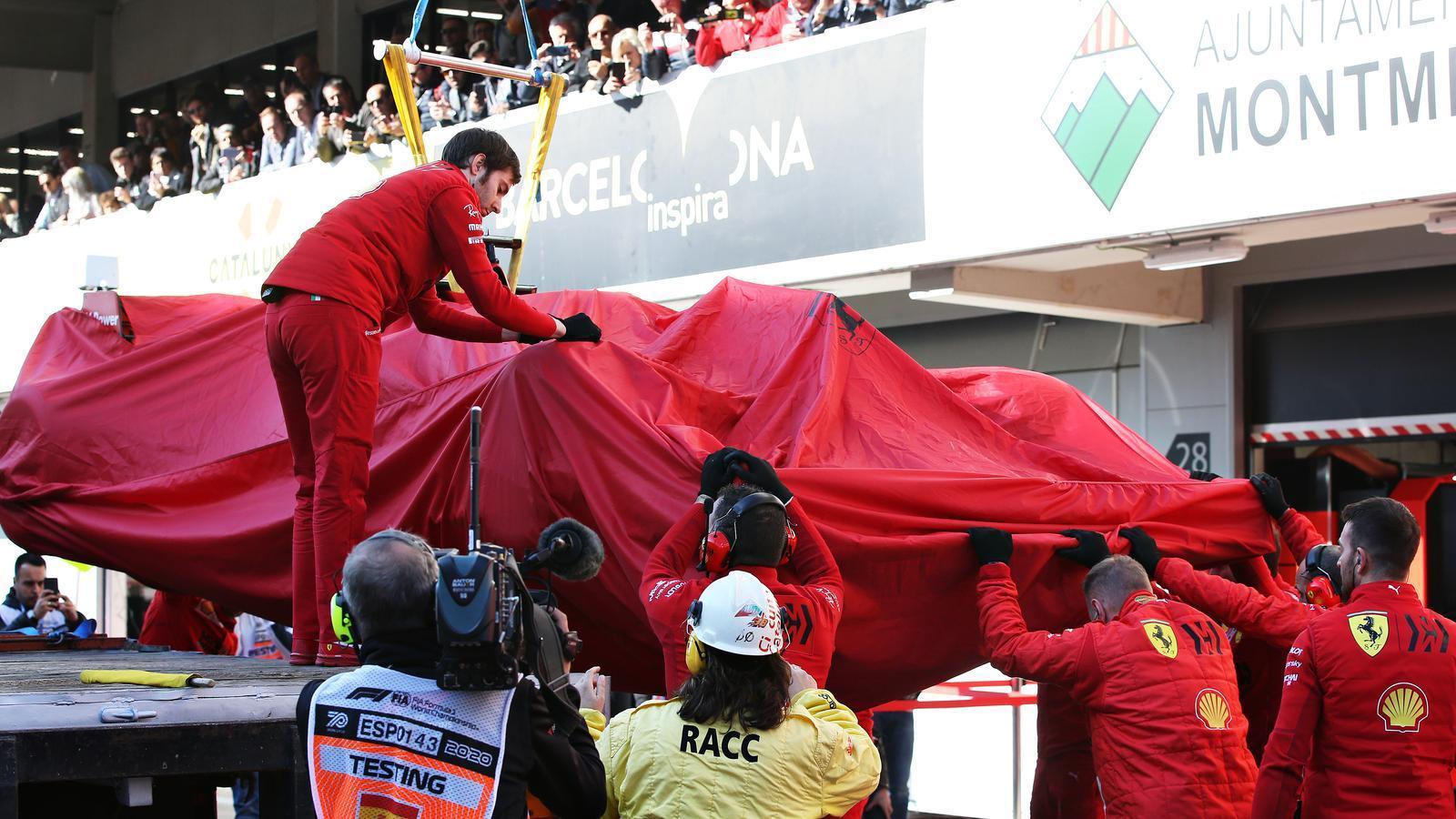 Mecànics de Ferrari amb el monoplaça de Vettel