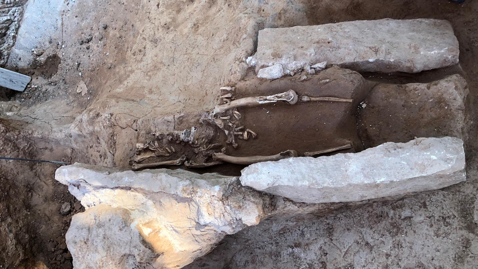 La descoberta d'una necròpoli medieval paralitza l'enderroc dels antics jutjats de Barcelona