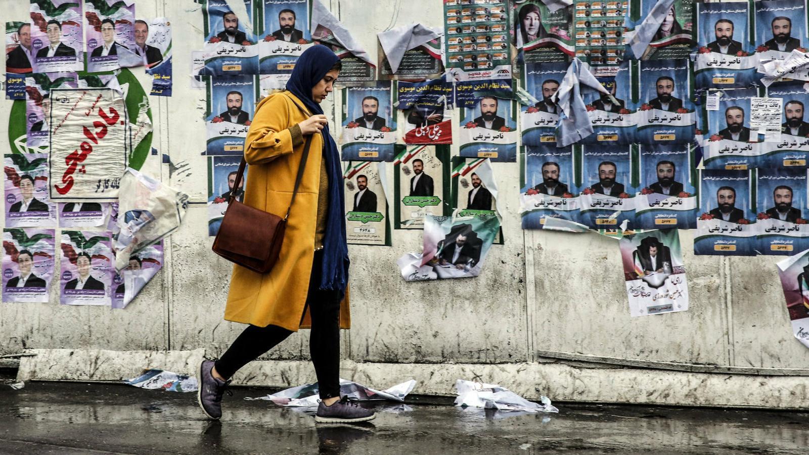 Una dona caminant per un carrer de Teheran.
