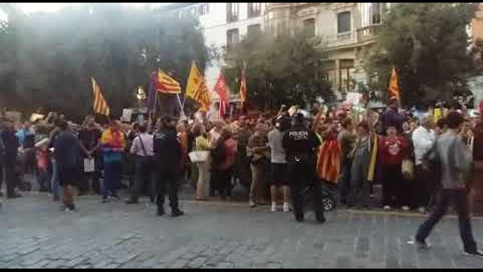 Un miler de persones es concentren a Cort contra la repressió a Catalunya