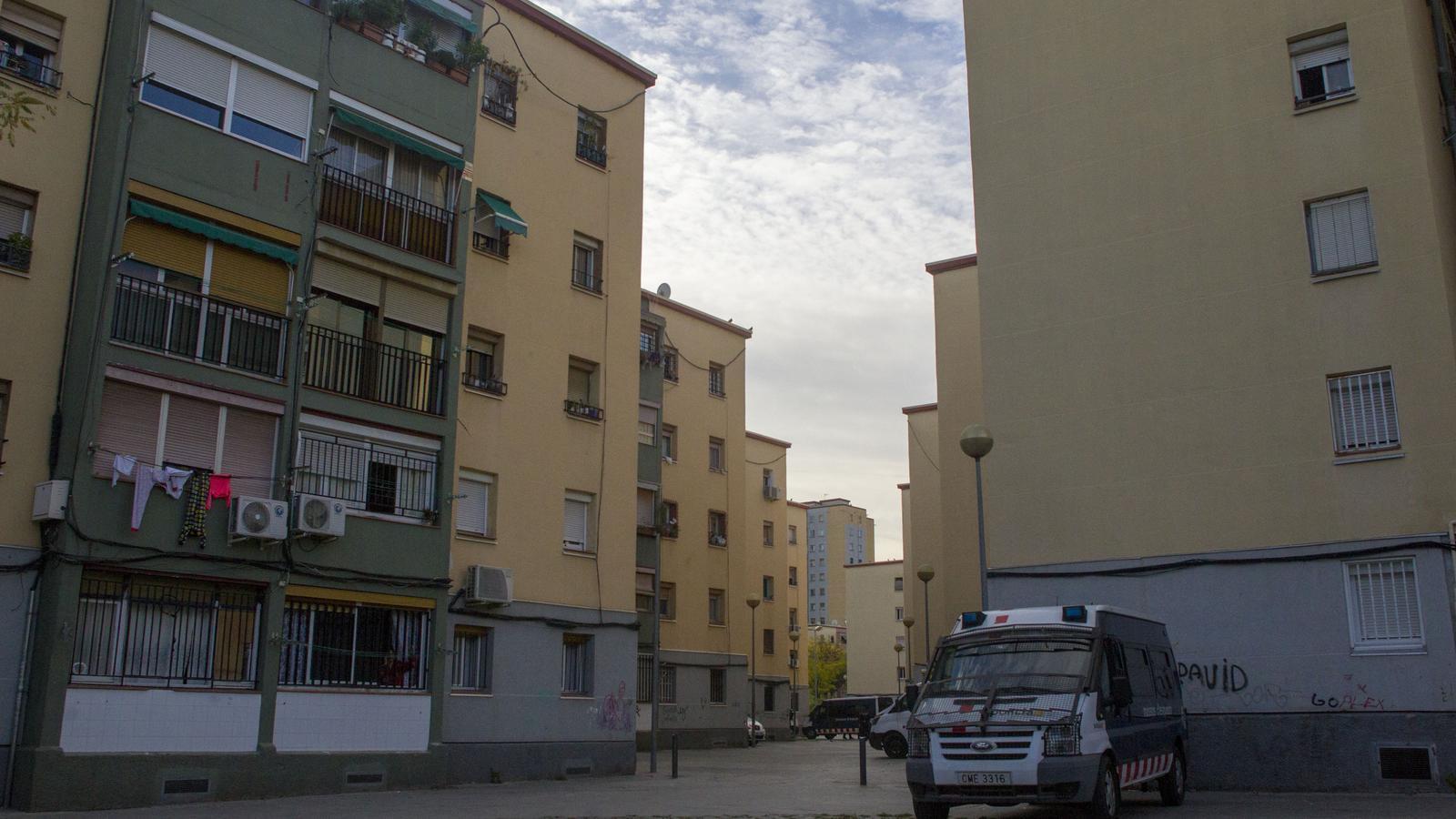 Una patrulla dels Mossos al barri de Sant Roc durant l'operatiu