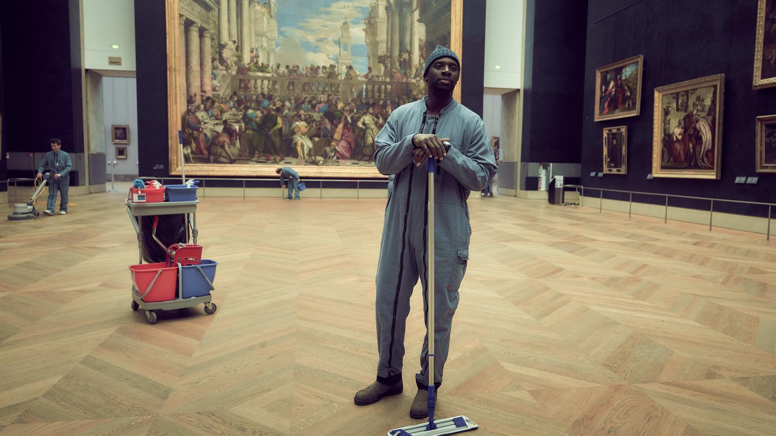 L'actor Omar Sy al Museu del Louvre en una escena de la sèrie 'Lupin'.