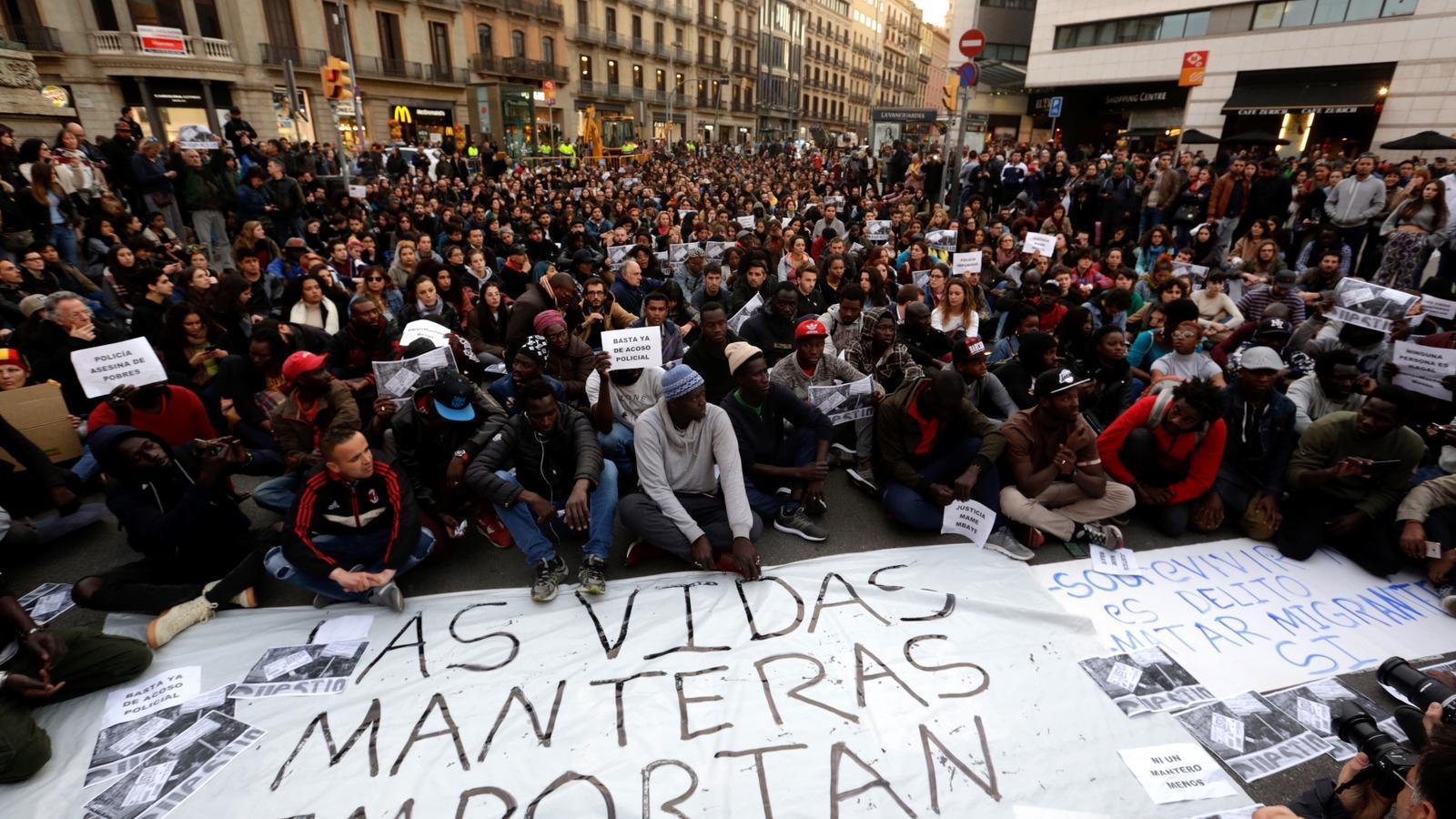 Els manters de Barcelona es mobilitzen en solidaritat pel company mort a Madrid