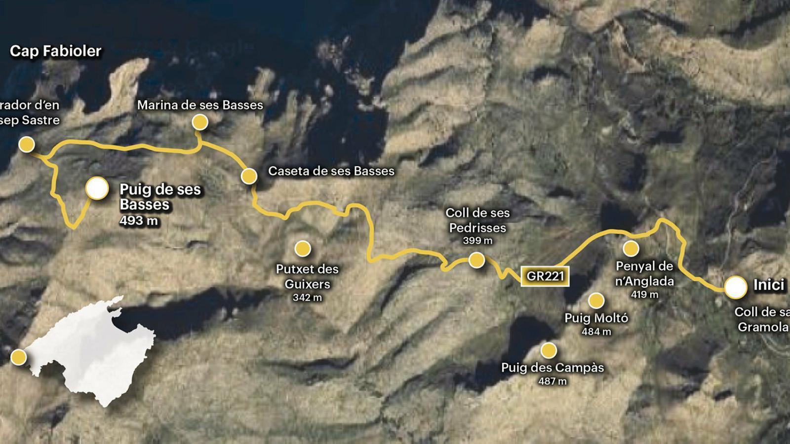 Morro d'en Grosser, atalaiats sobre les darreres esperonades de la Serra