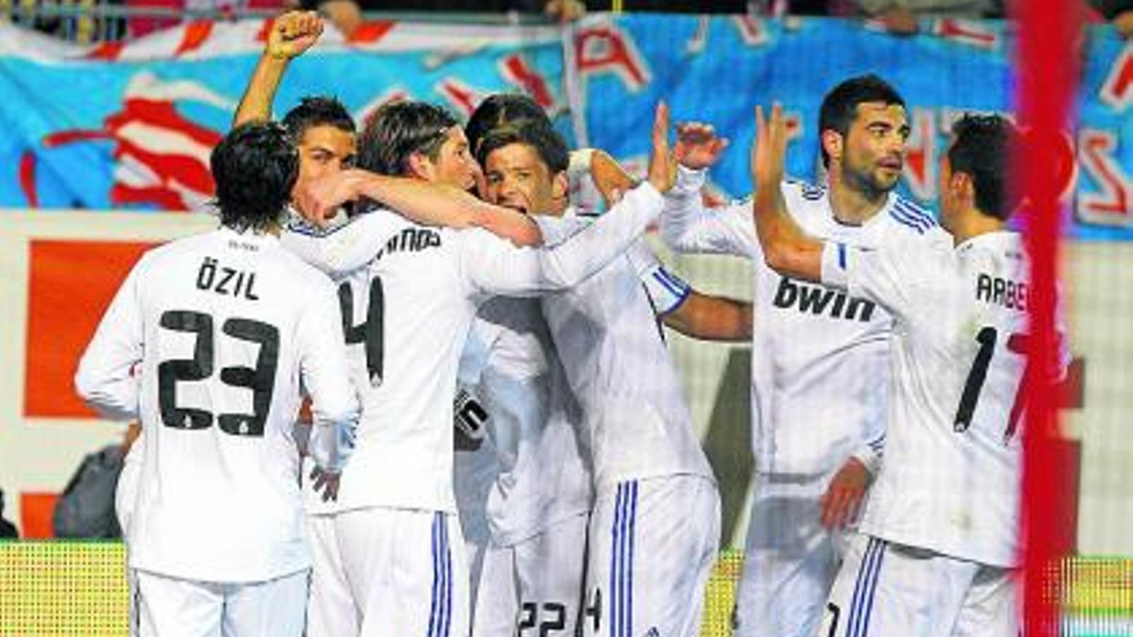 Els jugadors del Reial Madrid celebren fent una pinya el 0-1 de Cristiano Ronaldo. / BALLESTEROS / EFE