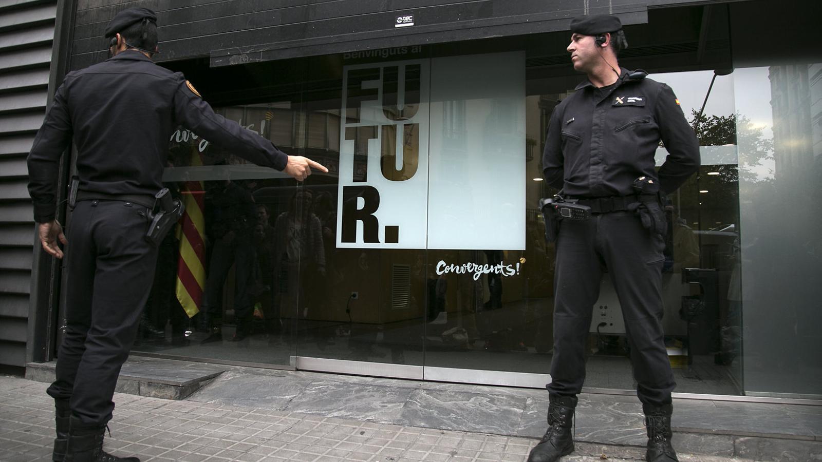 Escorcoll de la Guàrdia Civil a la seu de Convergència Democràtica de Catalunya (CDC) l'octubre del 2015.