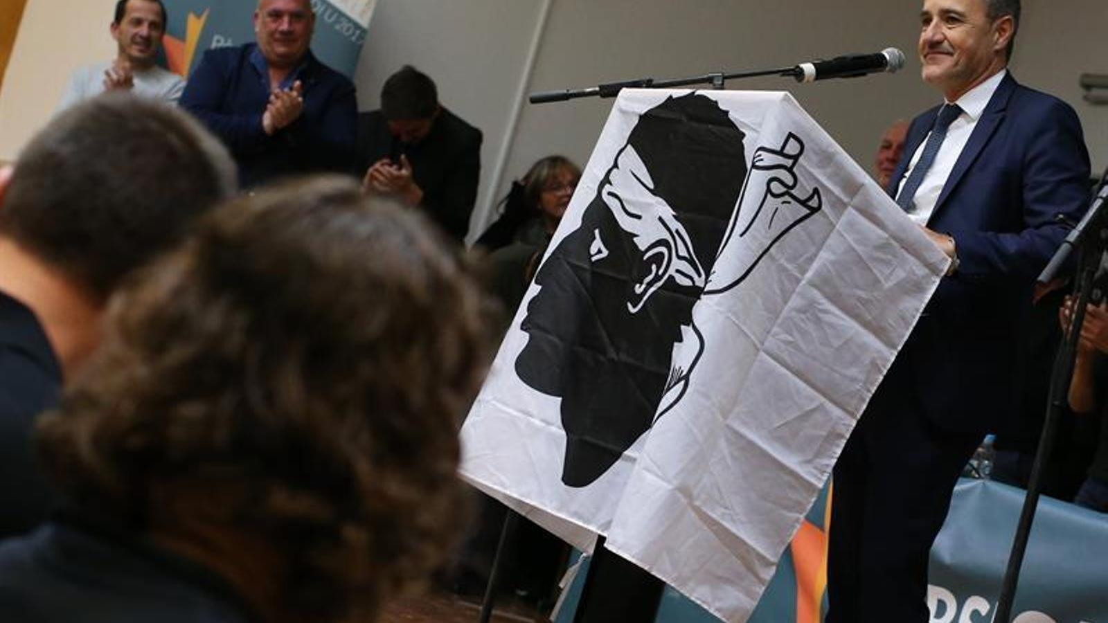 Jean-Guy Talamon s'adreça als simpatitzants de la seva formació en un faristol tapat amb la bandera corsa.