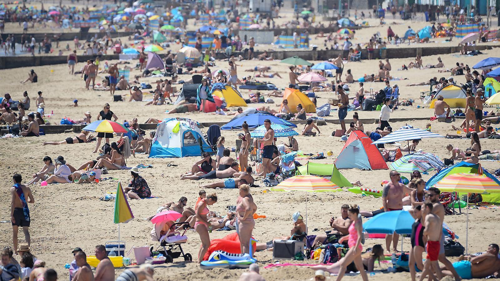Una platja anglesa, aquest divendres, on els banyistes proven de mantenir la distància de seguretat.