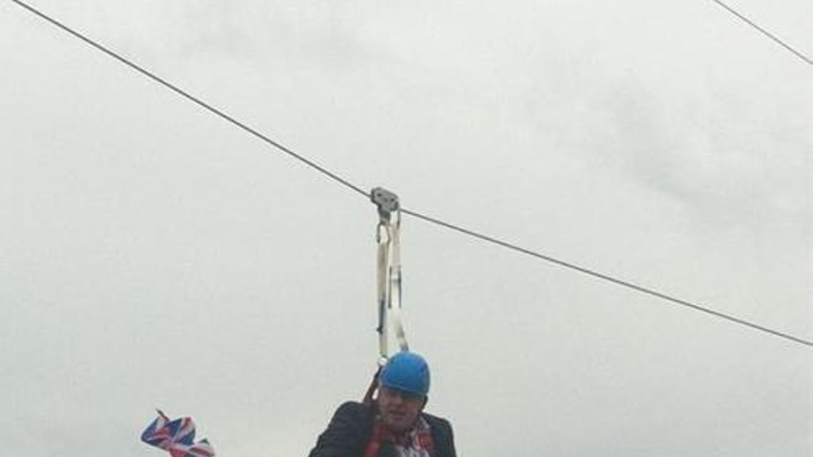 L'alcalde de Londres, Boris Johnson, s'ha quedat encallat en una tirolina al Victoria Park