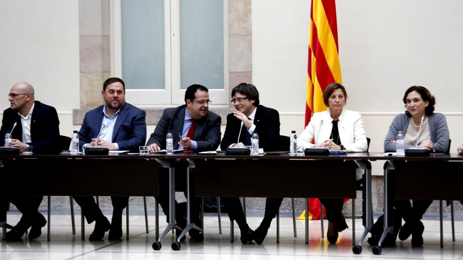 El president de la Generalitat, Carles Puigdemont, acompanyat del coordinador del Pacte Nacional pel Referèndum, Joan Ignasi Elena / FRANCESC MELCION