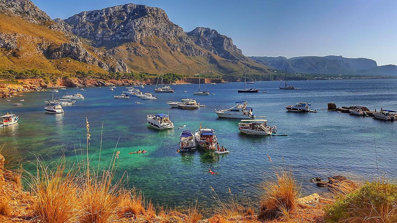 Vaixells fondejats sobre posidònia i dins la Reserva Marina del Llevant de Mallorca.