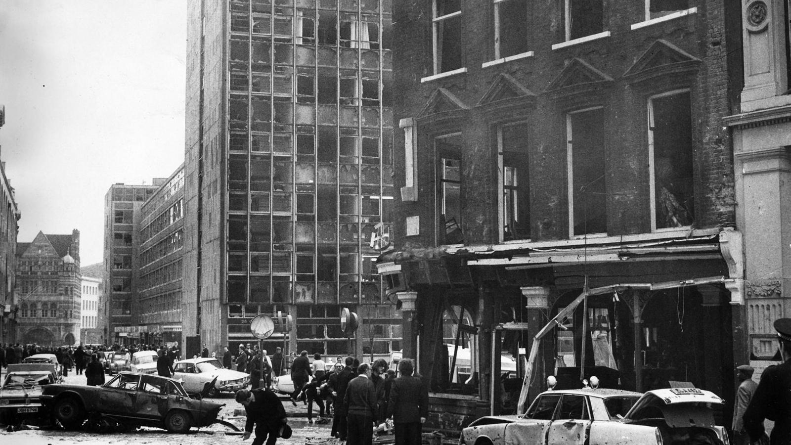 01. Els efectes d'un atemptat terrorista als jutjats de l'Old Bailey de Belfast el 8 de març del 1973.  02. Patrick Radden Keefe.