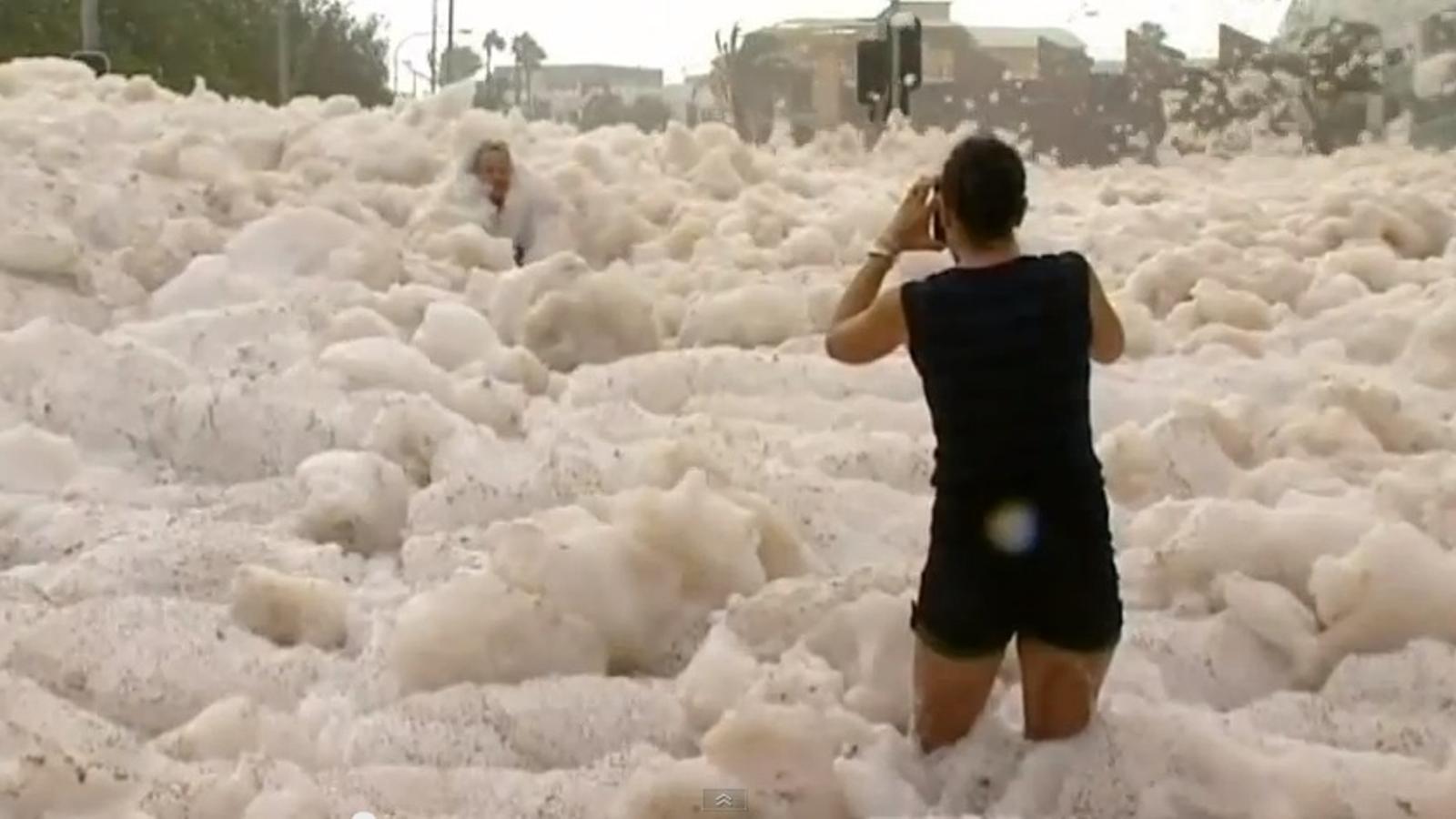 El temporal cobreix d'escuma una ciutat australiana