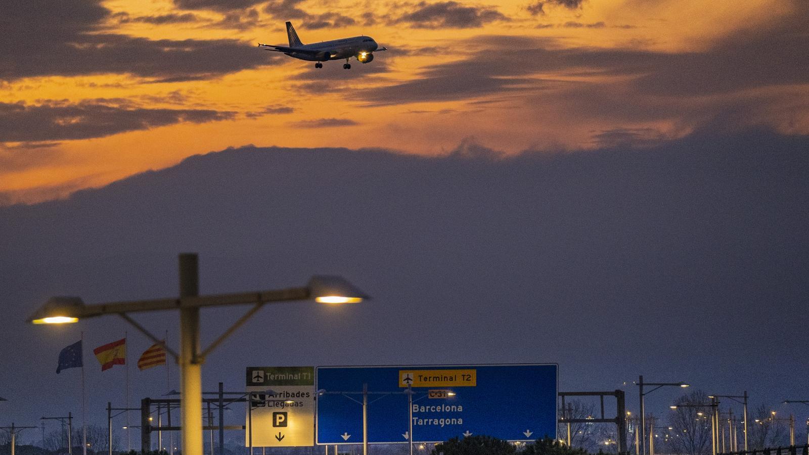 Un avió s'enlaira a l'aeroport del Prat, aquest mes de febrer.