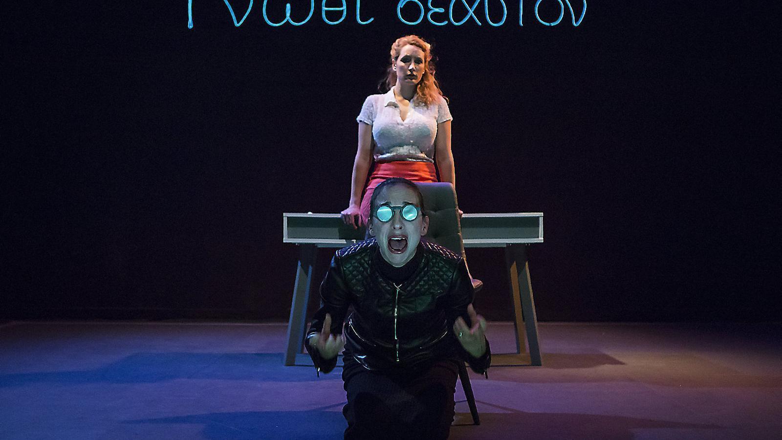 Eléonore Joncquez i Fannie Outeiro a l'obra Soyez vous-même.