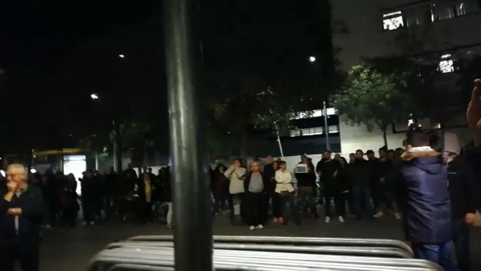 Prop d'un centenar de persones s'ha concentrat aquest dimecres davant el Centre Cívic Sant Martí, al barri de La Verneda, on se celebra un míting de Vox