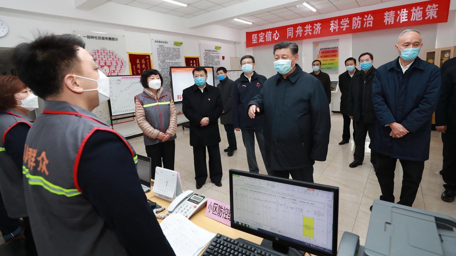 Xi Jinping, envoltat de dirigents del Partit Comunista degudament protegits, visitant un centre d'investigació per informar-se sobre el brot, el passat 10 de febrer a Pequín