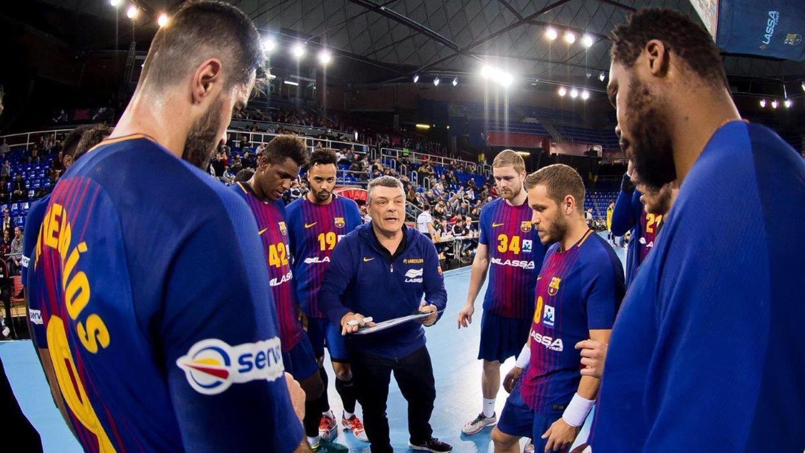 Xavi Pascual en un temps mort del Barça Lassa d'handbol