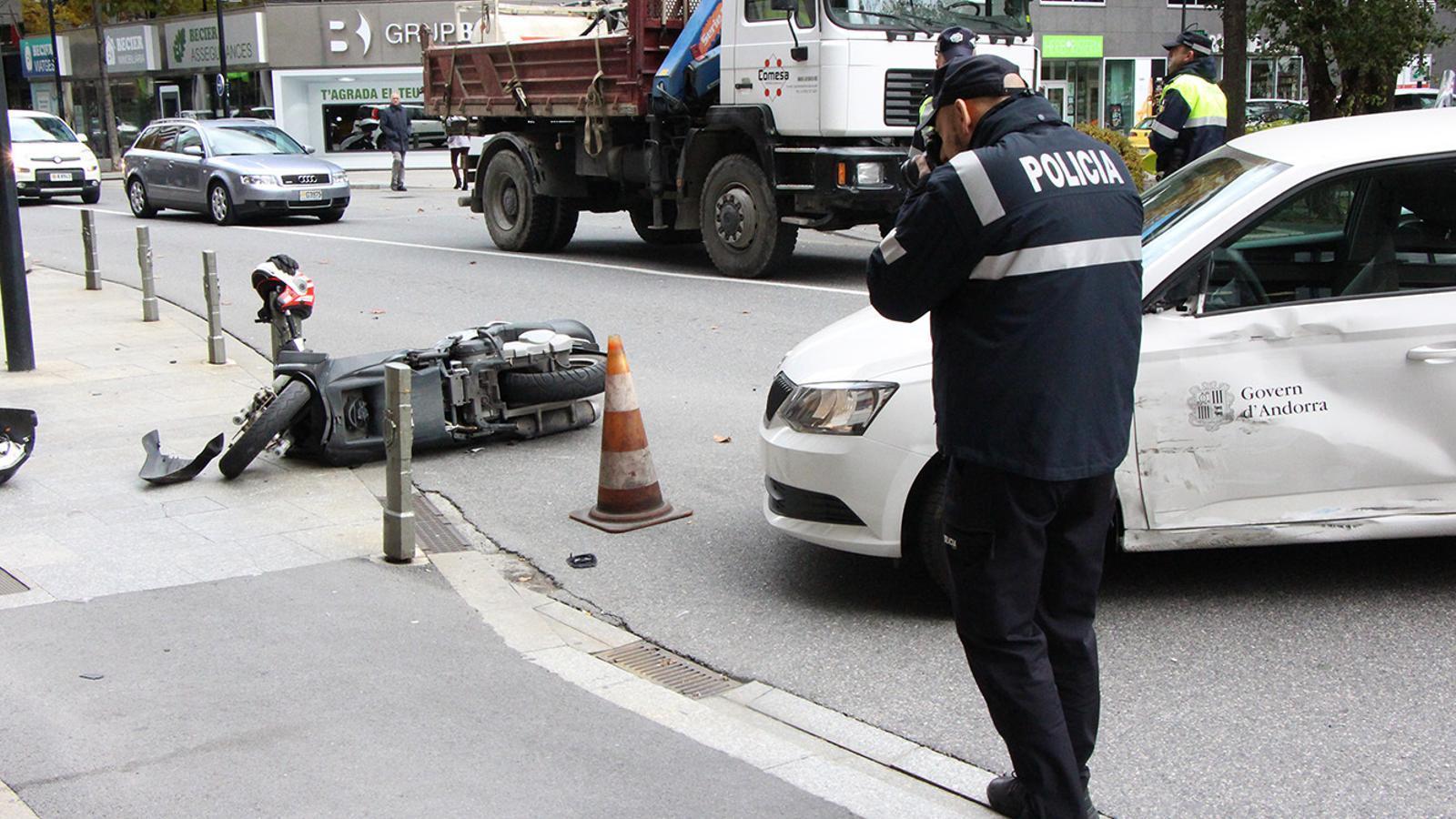 L'estat en què han quedat els dos vehicles implicats en l'accident. / M. F. (ANA)
