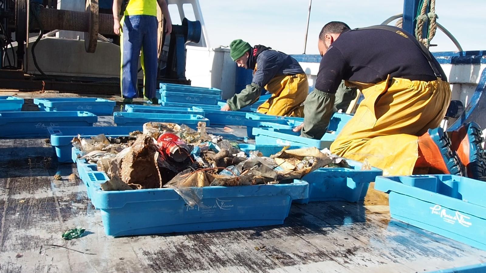 Què troben a les xarxes els pescadors del litoral català?