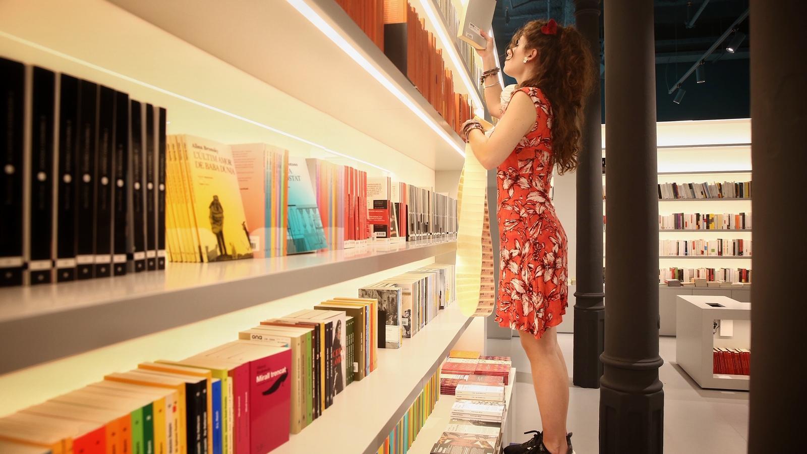 Una treballadora d'Ona Llibres ordenant les prestatgeries