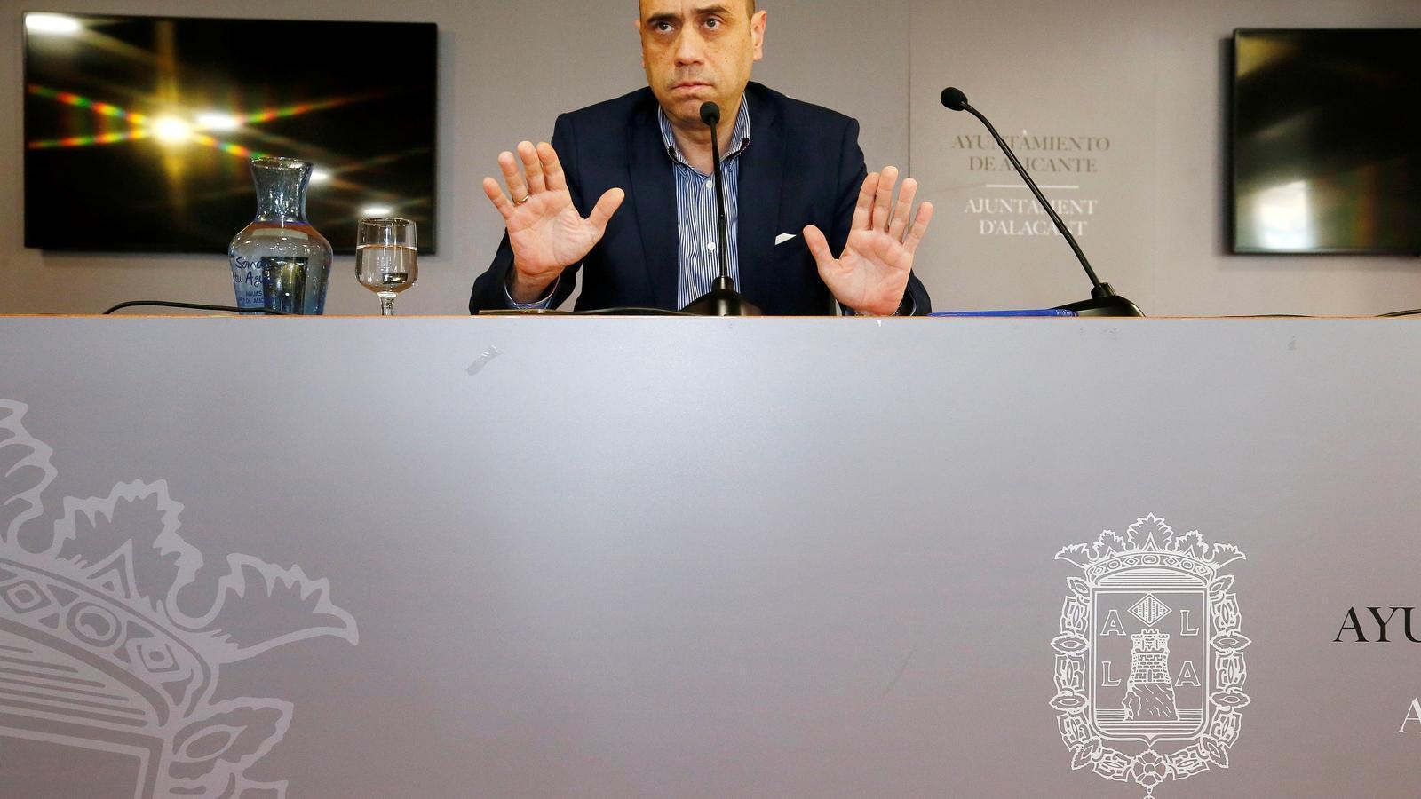 L'alcalde d'Alacant, Gabriel Echávarri, durant una compareixença davant la premsa.