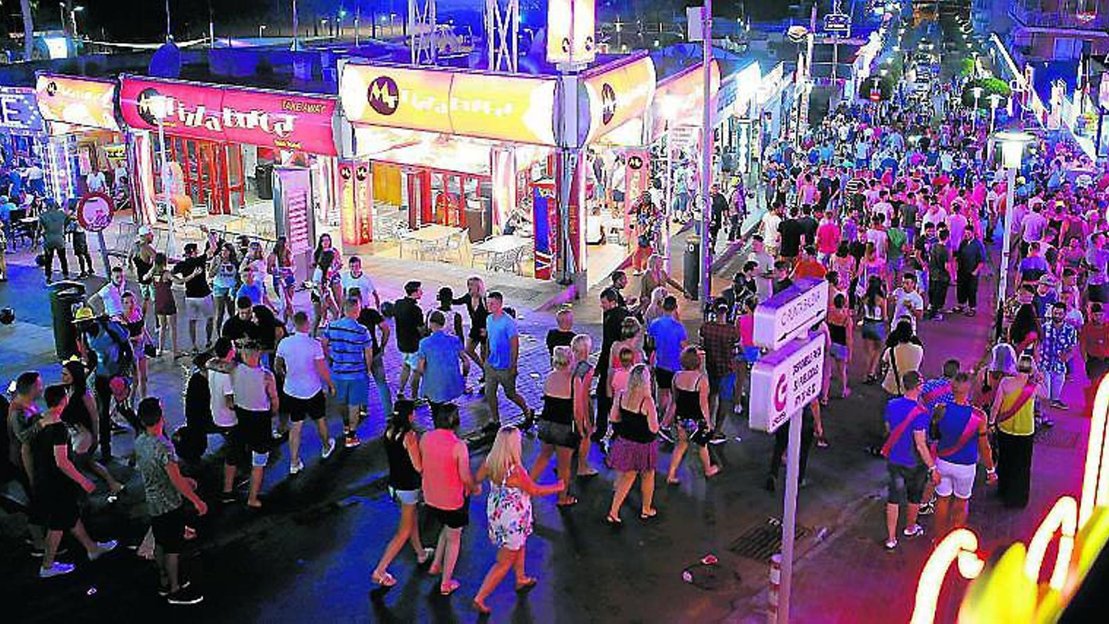 PUNTA BALENA NO DORM  És la via més concorreguda de Magaluf: cada nit s'hi apleguen prop de 8.000 persones.