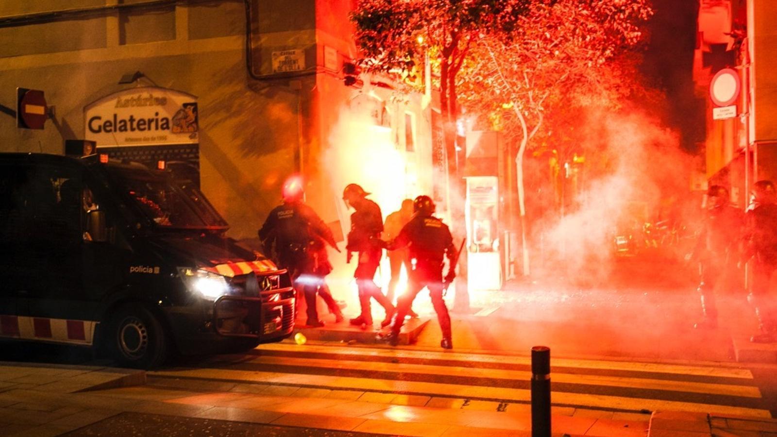 Aldarulls al carrer Astúries, al costat de la plaça del Diamant
