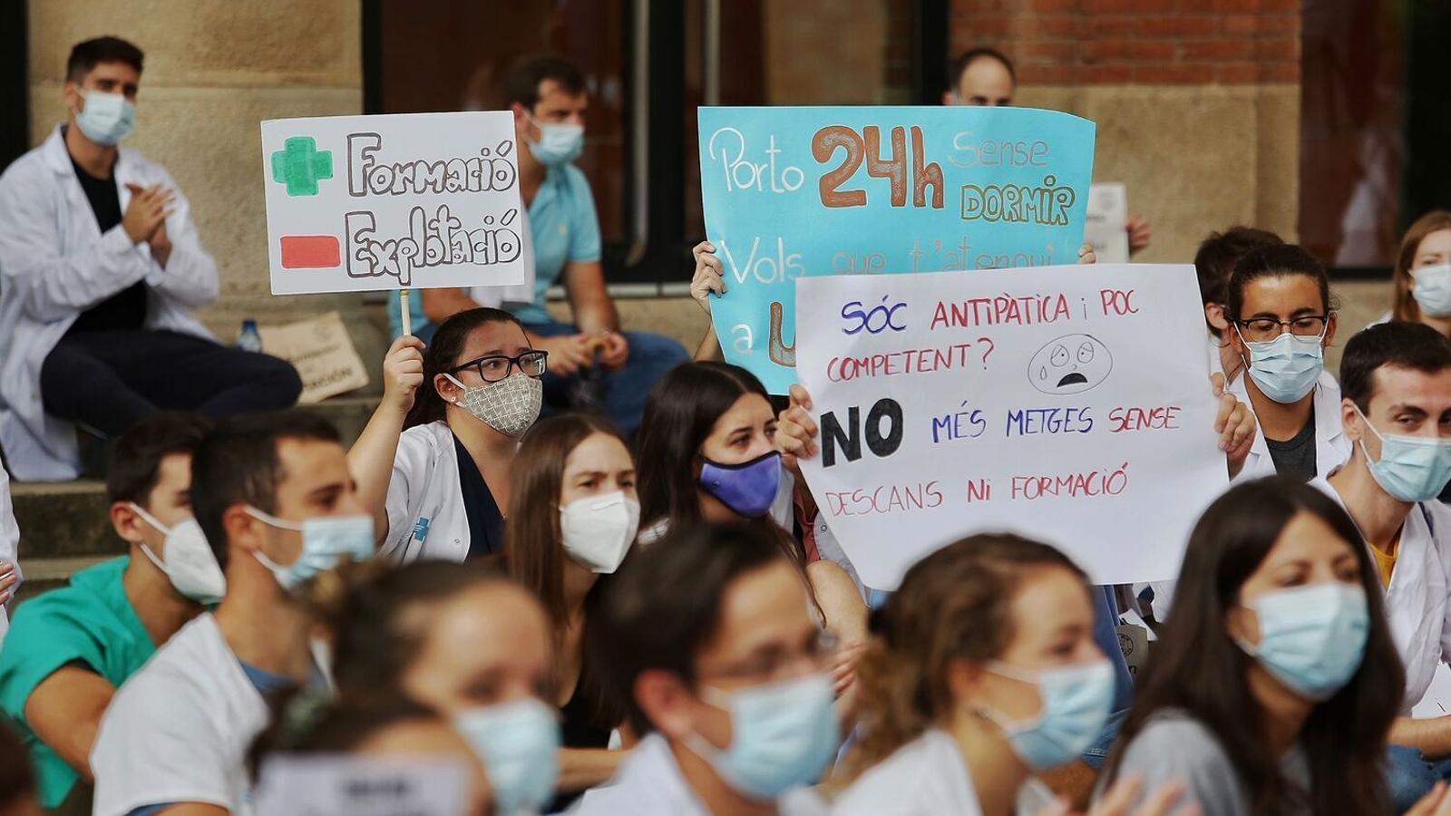 Els metges interns residents (MIR) protestant a les portes del departament de Salut per millorar les seves condicions laborals i formatives.