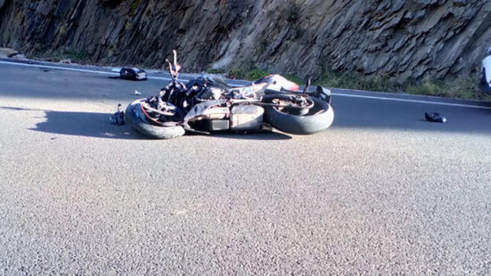 La motocicleta accidentada a Llavorsí. / ACN (R.M.G.)