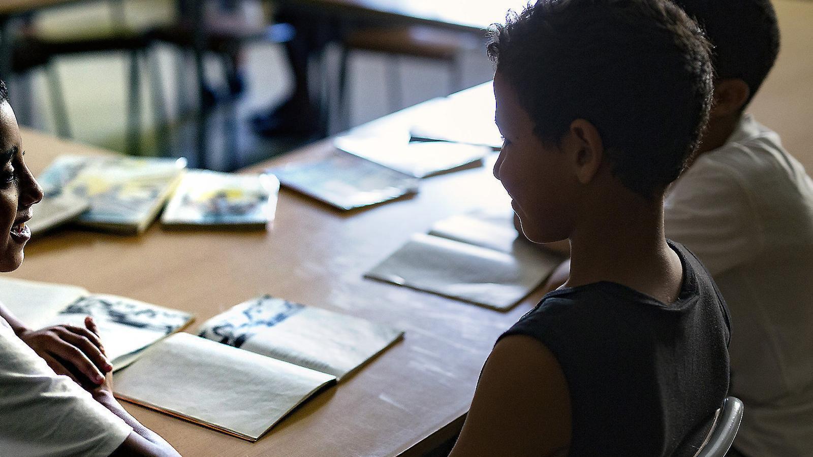 Un grup d'alumnes de primària de  l'escola Montserrat, de Terrassa, debaten a classe, en una imatge d'arxiu.