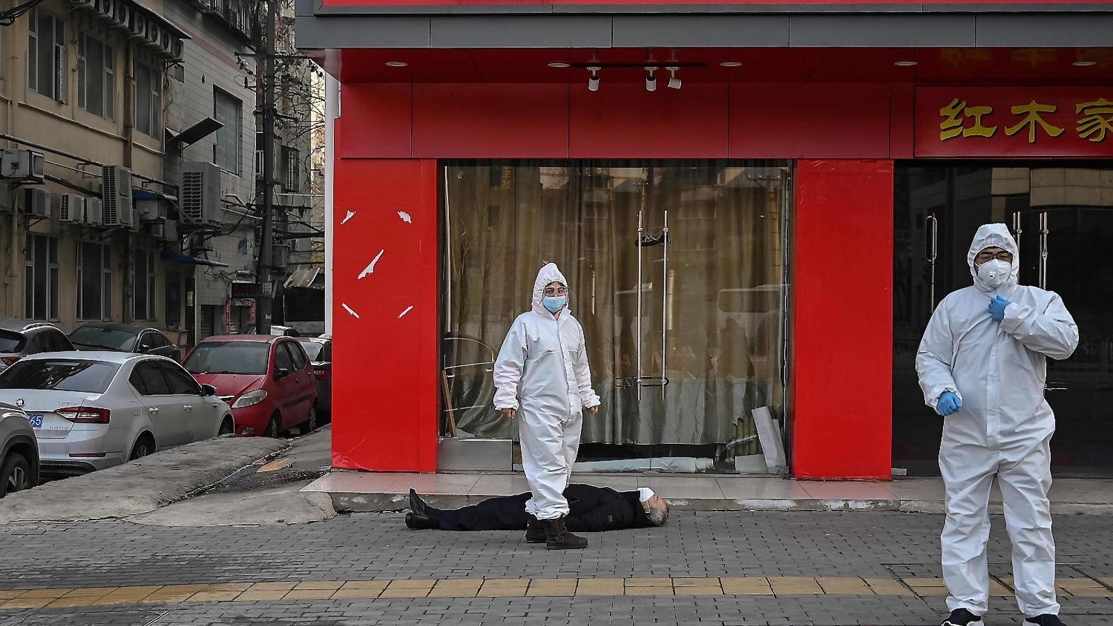 Imatge d'un home que va morir de cop al mig del carrer a Wuhan al gener. Mai es va confirmar que la causa de la mort fos el covid-19.
