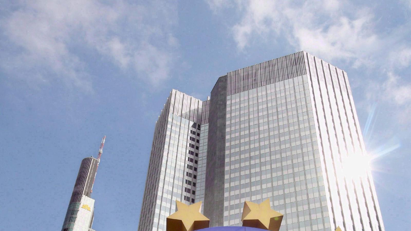 Monument en honor a l'euro davant la seu del Banc Central Europeu a Frankfurt.