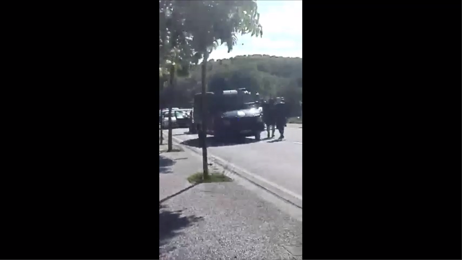 Uns vianants graven part de l'actuació dels agents de la Policia Nacional el 2 d'octubre del 2017