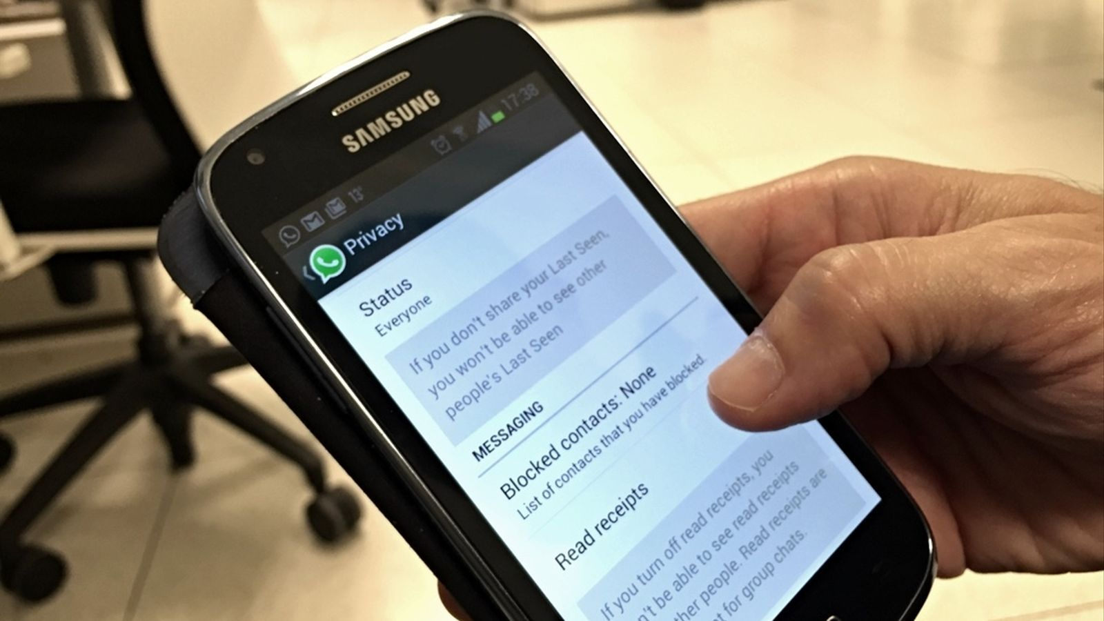 Un usuari utilitza Whatsapp en un telèfon mòbil amb sistema operatiu Android.