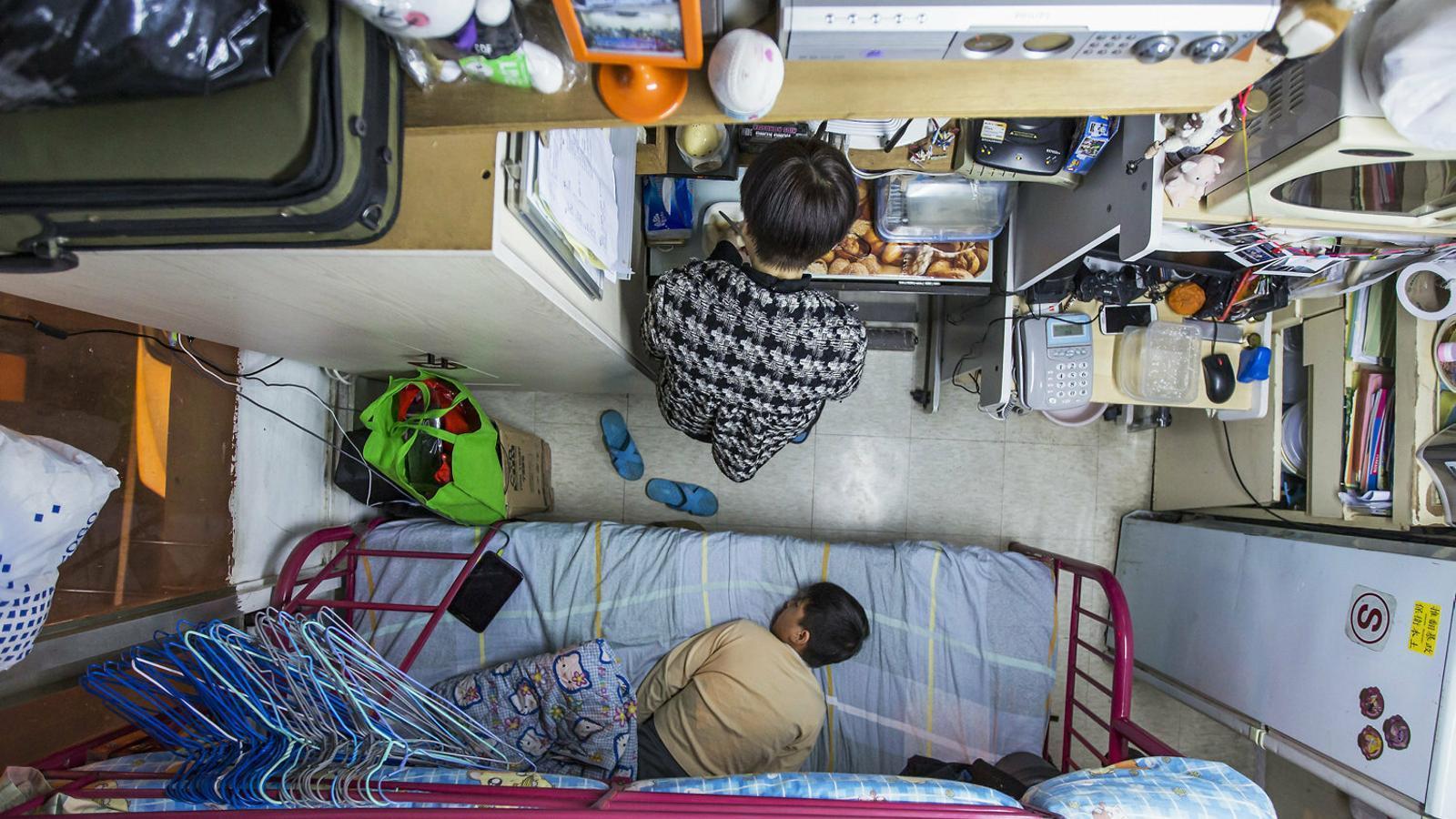 Pisos diminuts i llargues jornades laborals, les altres causes de les protestes a Hong Kong