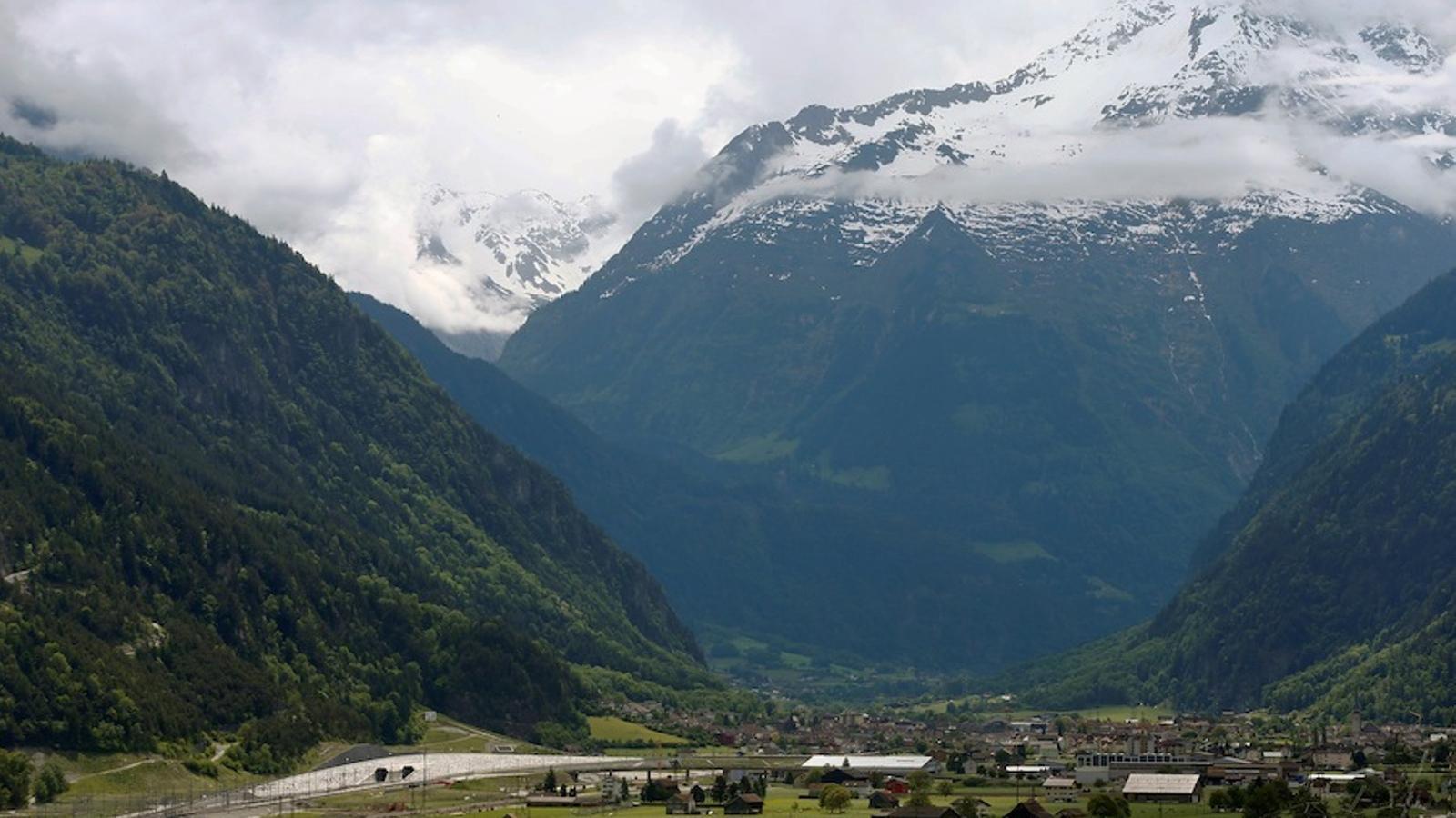 Suïssa estrena el túnel ferroviari més llarg i més profund del món