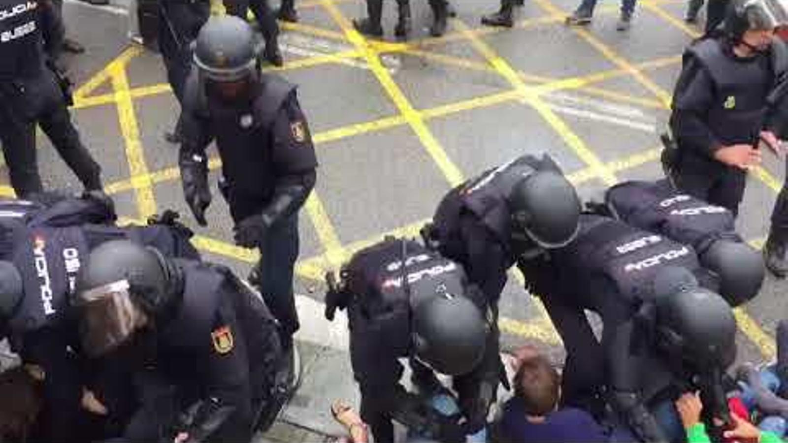 Intervenció policial a l'escola Dolors Monserdà