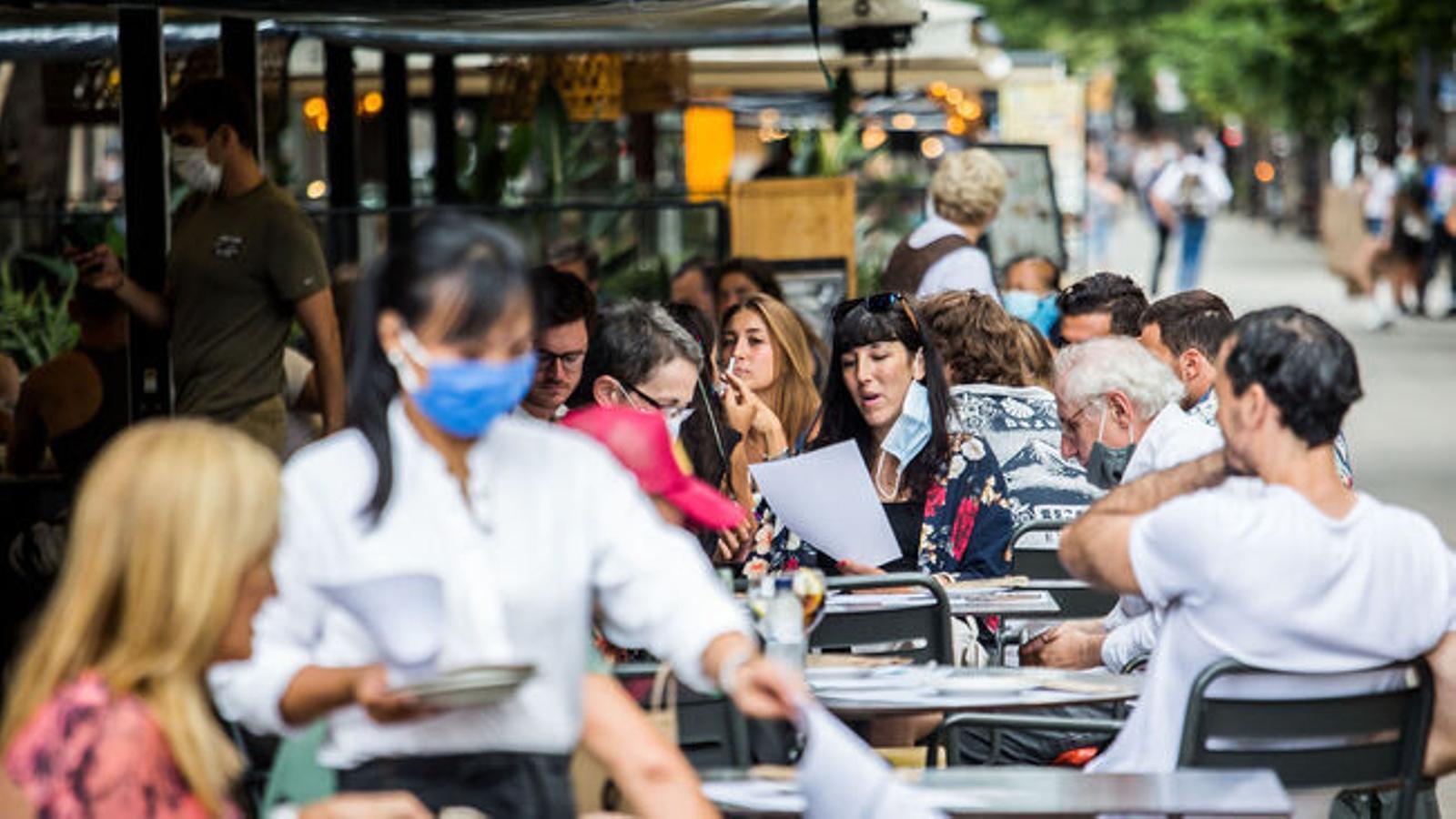 Terrassa d'un restaurant del centre de Barcelona amb totes les taules ocupades en una imatge recent / PERE VIRGILI