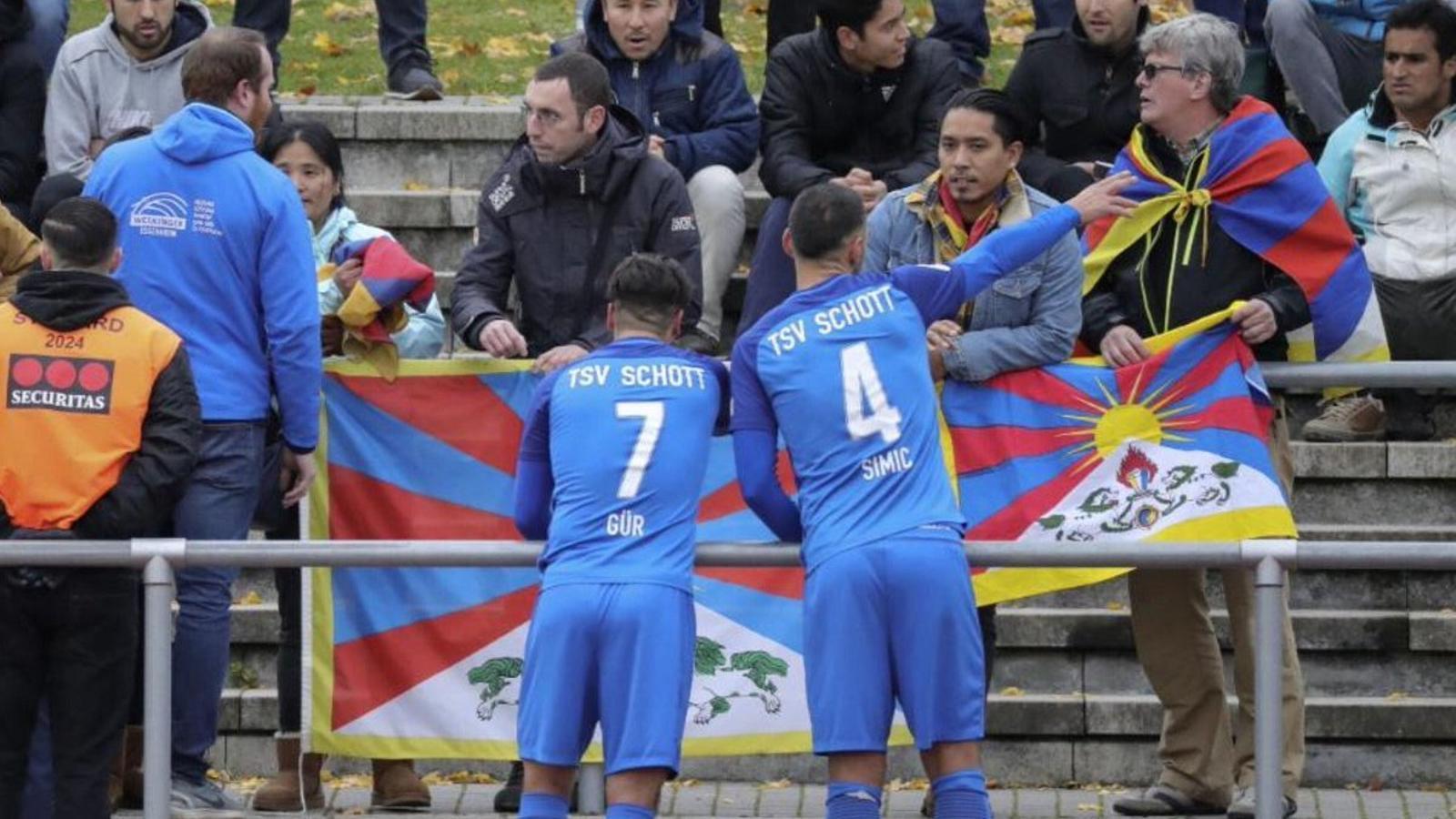 Activistes tibetans protestant per la presència de la selecció xinesa