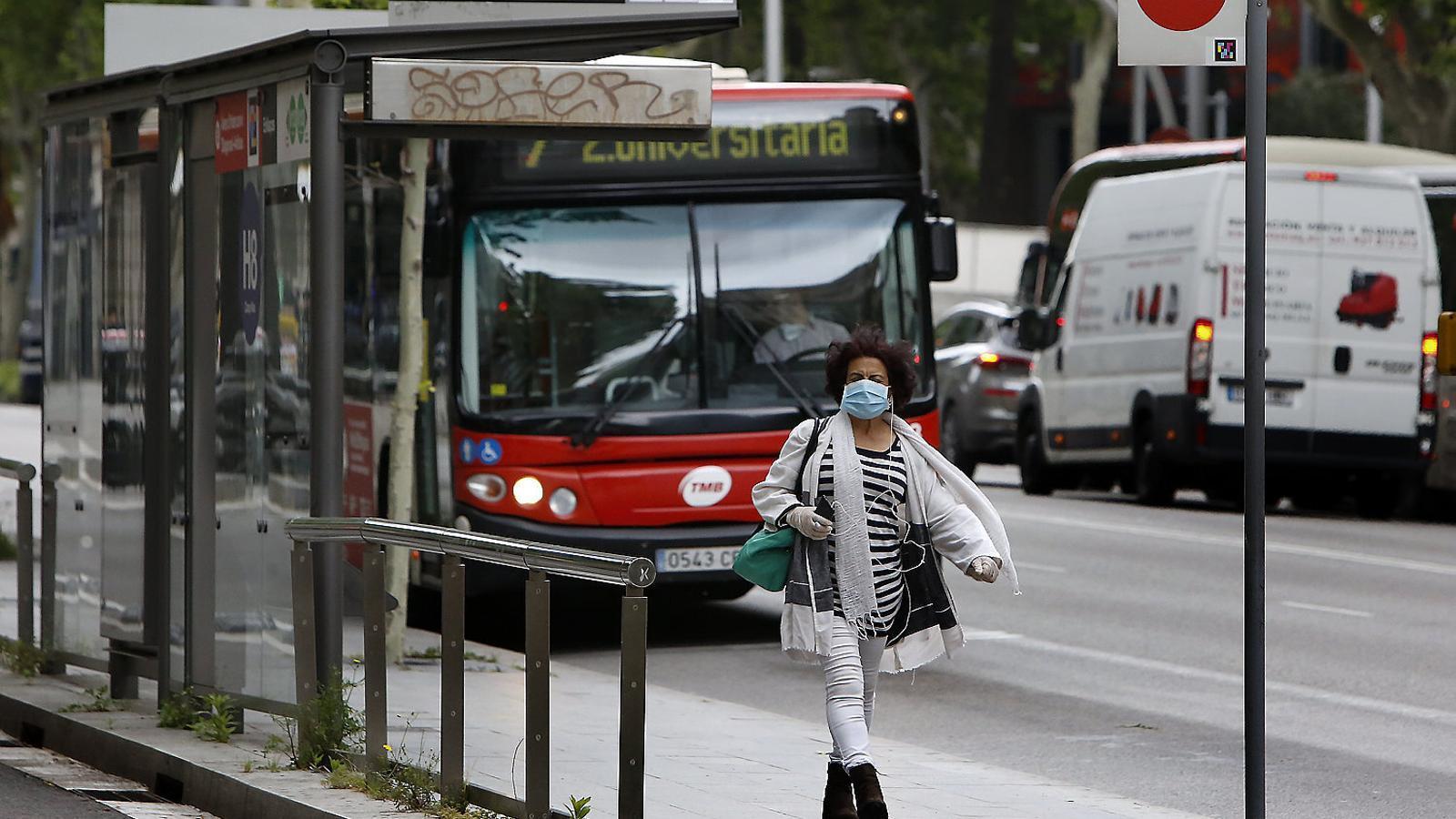 Els usuaris dels autobusos de TMB poden tornar a pujar-hi per la porta del davant.