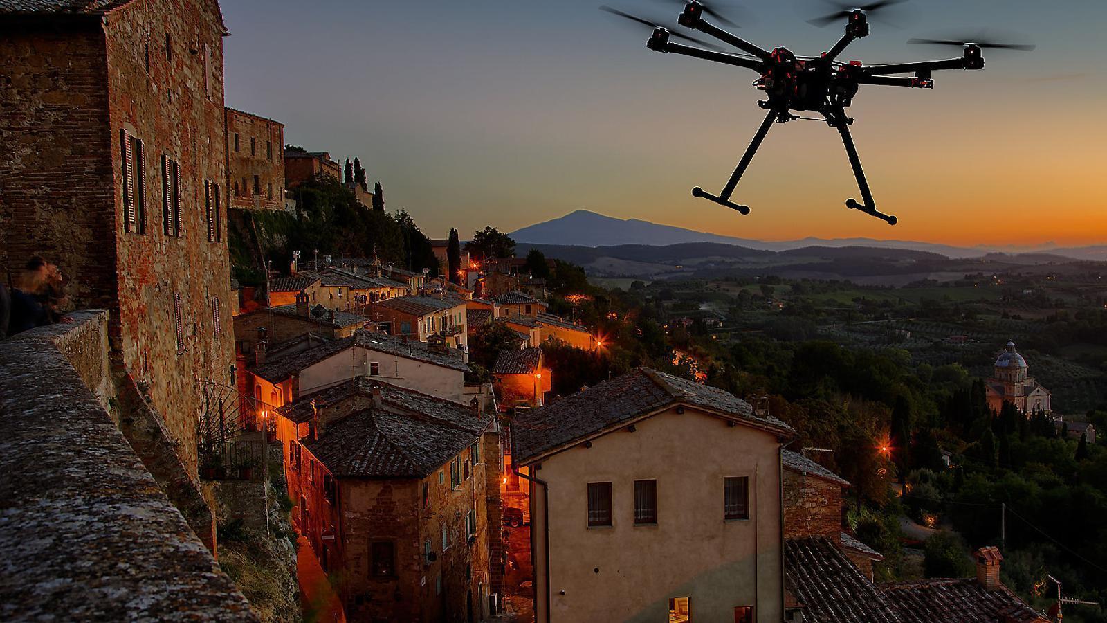 La proliferació de drons pot suposar un risc per a la intimitat.