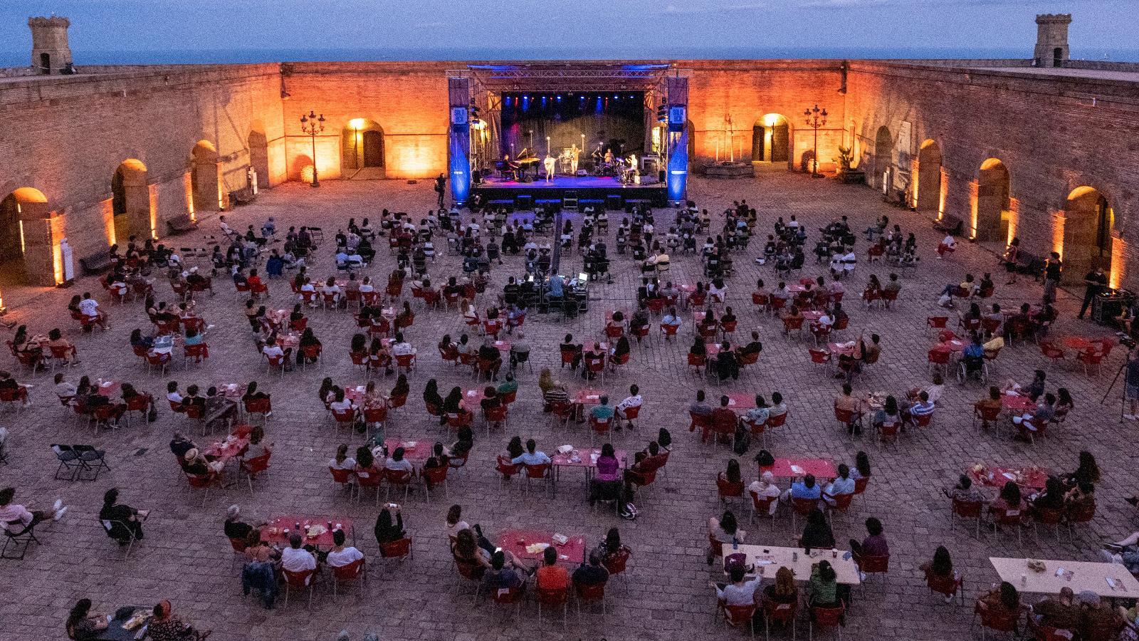 El pati d'armes del Castell de Montjuïc durant el concert de Clara Peya.